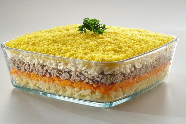 """Salată """"Mimoza"""" dietetică – un aperitiv în straturi deosebit de savuros, fără maioneză! Oaspeții vor fi încântați!"""
