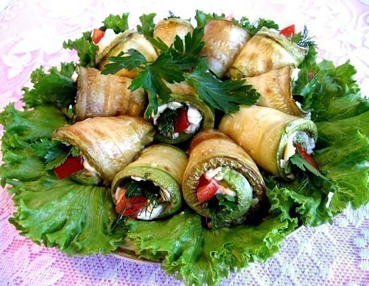"""Rulouri """"Limba soacrei"""" din dovlecei – un aperitiv basarabean, apetisant și picant, care merită toată atenția!"""