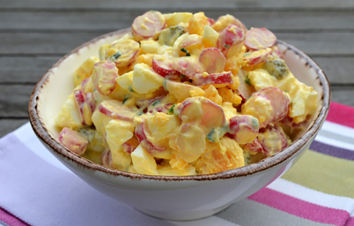 Salată delicioasă cu ouă și ridichi care se prepară din ingrediente simple și accesibile!