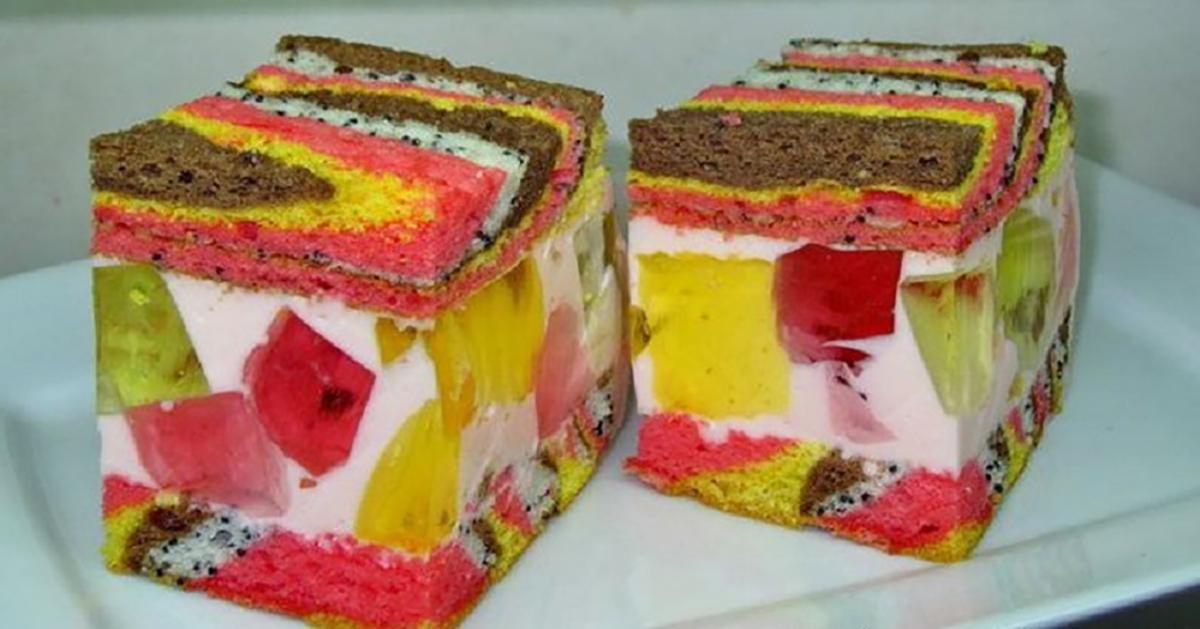 Un tort extraordinar cu cremă aerată, jeleu gingaș și pandișpan pufos. Aspectul este pur și simplu incredibil!