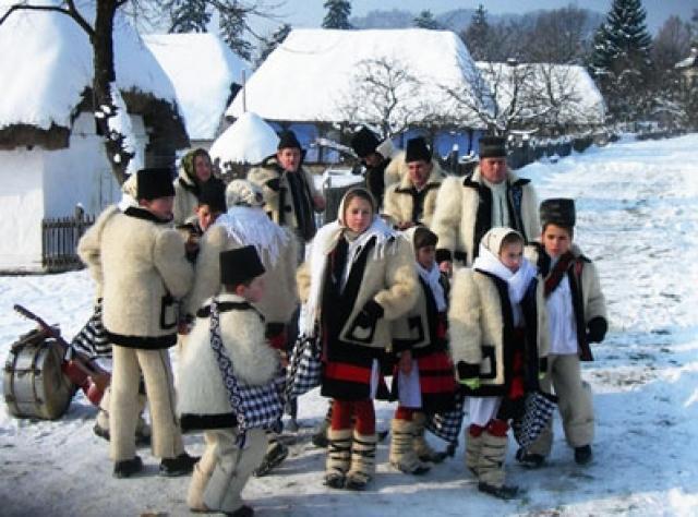 Vin colindatorii… A venit şi-aici Crăciunul, Să ne mângâie surghiunul… Colinde romanesti pentru toti romanii dar mai ales pentru alinarea dorului celor plecati departe de tara