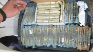 Imagini incredibile. In casele medicilor şi asistentelor arestate pentru corupţie, au fost gasite geamantane cu bani