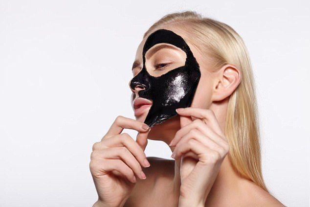 Cum să elimini coșurile negre cu o mască din cărbune