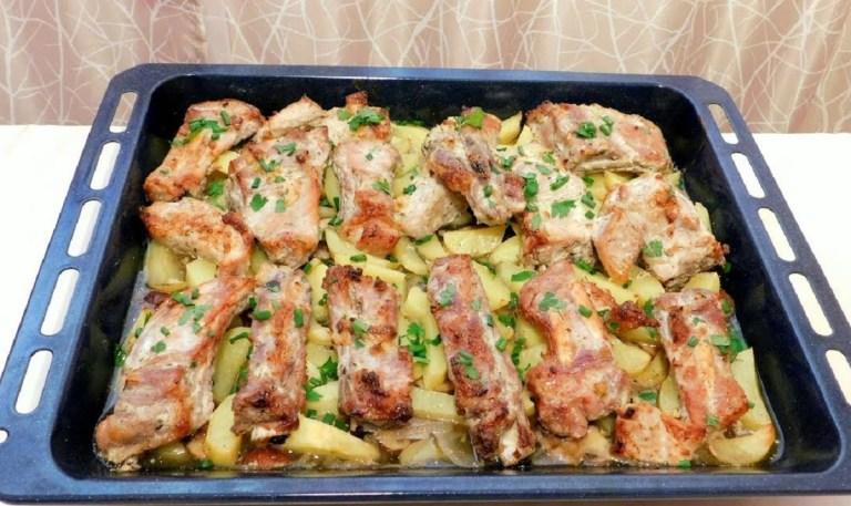 Costițe la cuptor cu cartofi și ciuperci – o mâncare pe cât de simplă, pe atât de bună!