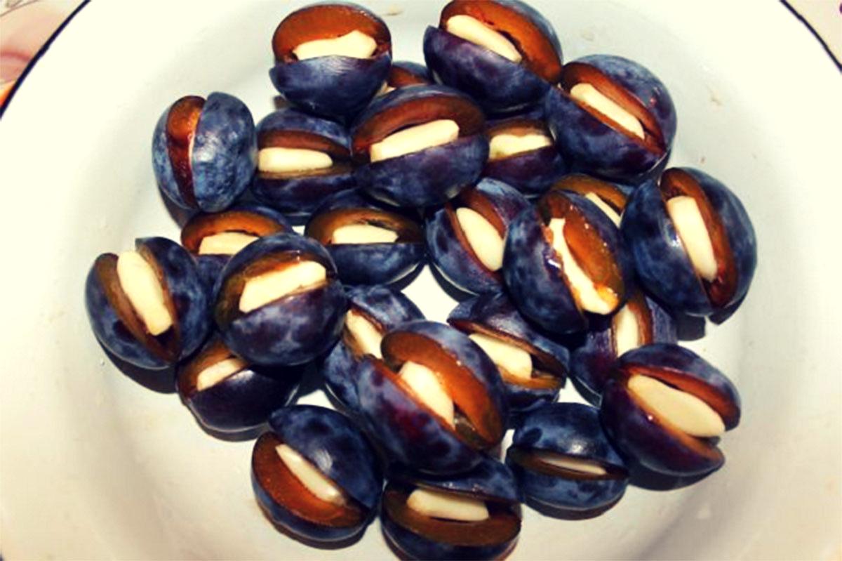 Vei fi încântat de gustul acestor prune marinate cu usturoi!