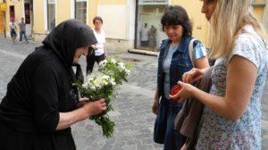 Două doamne se apropie de bătrânica din colțul străzii, care vinde flori! Cu o mână tremurândă, bătrâna apucă 2 buchete de flori, ridică privirea spre cea din fața ei și îi spune…