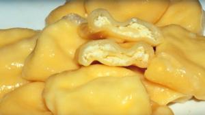 O rețetă de colțunași cu brânză de vaci, pregătiți într-un mod mai puțin obișnuit