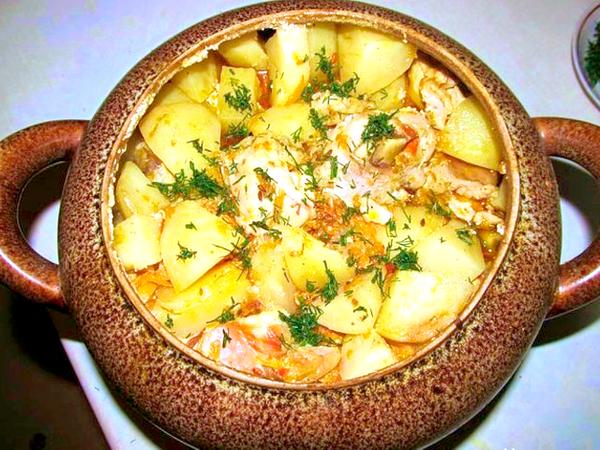 Carne de porc cu cartofi la cuptor – o cină sățioasă și deosebit de delicioasă!