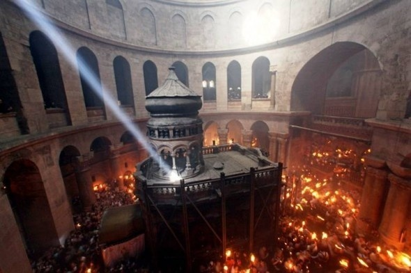 Cum se aprinde Sfânta Lumină la Sfântul Mormânt