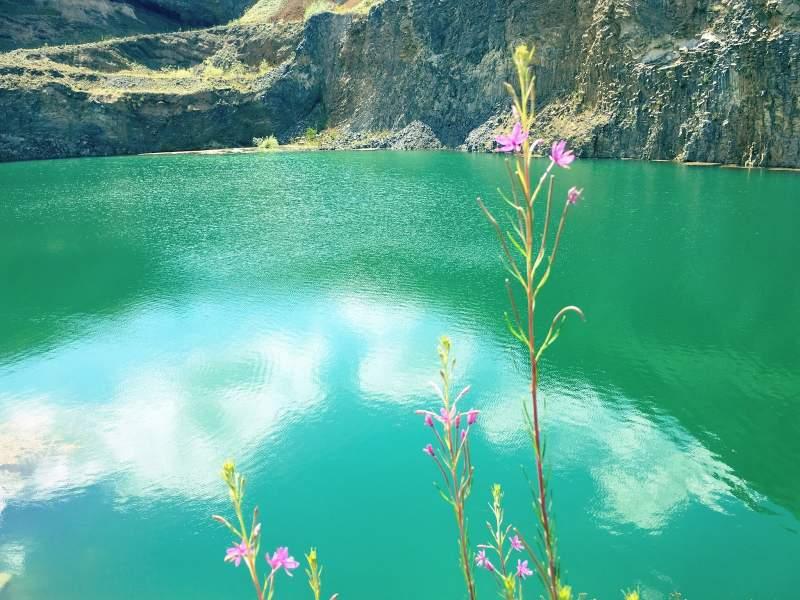 Lacul în culoarea smaraldului de lângă Brașov. Comoara naturală despre care puțini știu