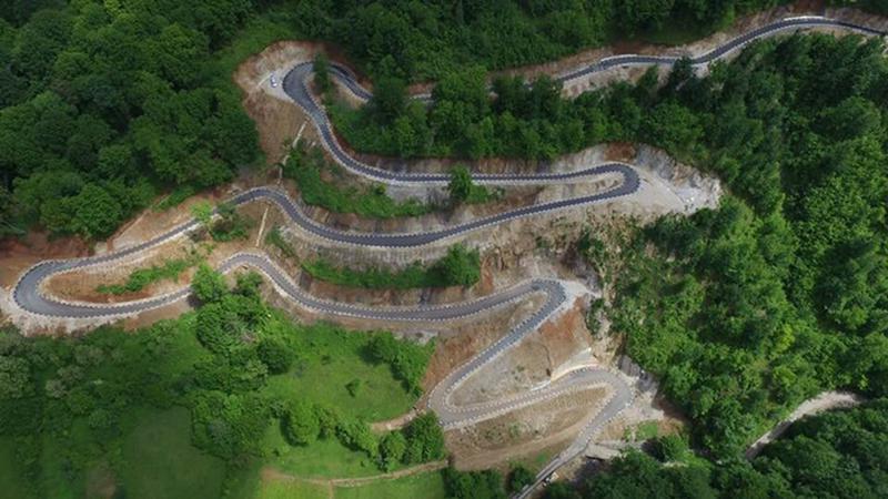 Drumul spectaculos, recent inaugurat, la fel de frumos ca Transalpina sau Transfăgărăşan. Şoseaua a fost săpată în munte
