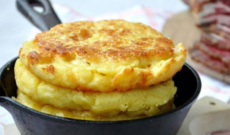 Ai nevoie de 3 căni de făină de mălai, o cană de făină albă, 1 ou, apă și sare – Cea mai delicioasă Turtă cu mălai