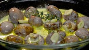Ciuperci champignon în sos de smântână, cu usturoi și cimbru – Exact cat trebuie de bune
