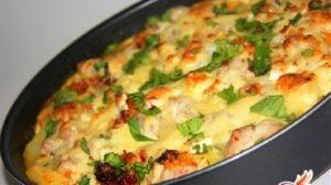 Cartofi la cuptor, cu piept de pui și cașcaval – Rețetă gata în 30 de minute