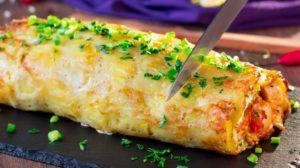 Rulada de cartofi cu carne de pui se prepară rapid, este o mâncare aspectuoasă, sățioasă și foarte gustoasă