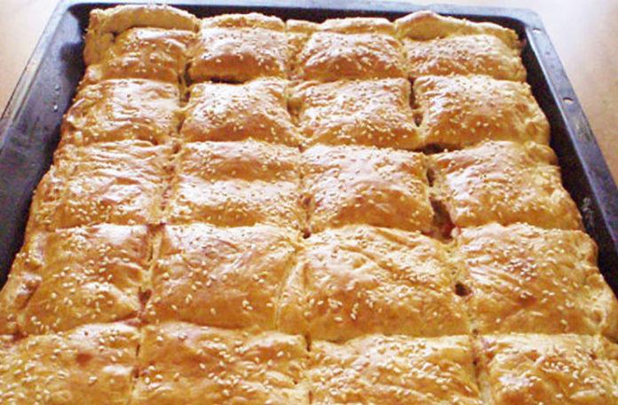 Plăcintă gustoasă cu brânză de vaci și cașcaval – O rețetă simplă, dar foarte apreciată