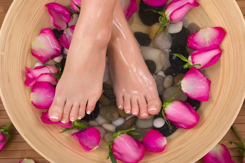 Scapă în mod natural de ciuperca unghiilor, calusuri și chiar guta. Scufundați-vă picioarele în această apă și urmăriți cum dispare ciuperca unghiilor