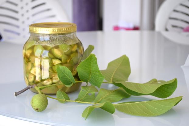 Nuci verzi cu miere.Nucile verzi sunt bogate în vitamina C, iod și diverse alte vitamine. Mod de preparare