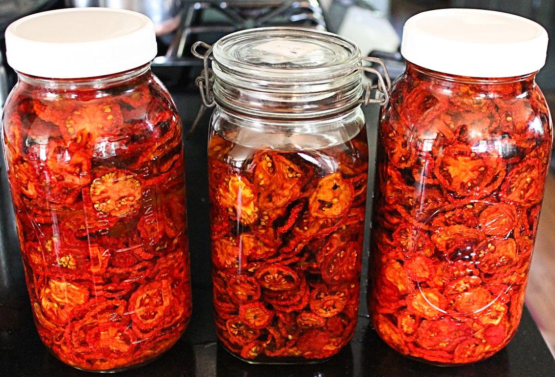 Cea mai ieftină conservă pentru iarnă – roșii uscate la cuptor!