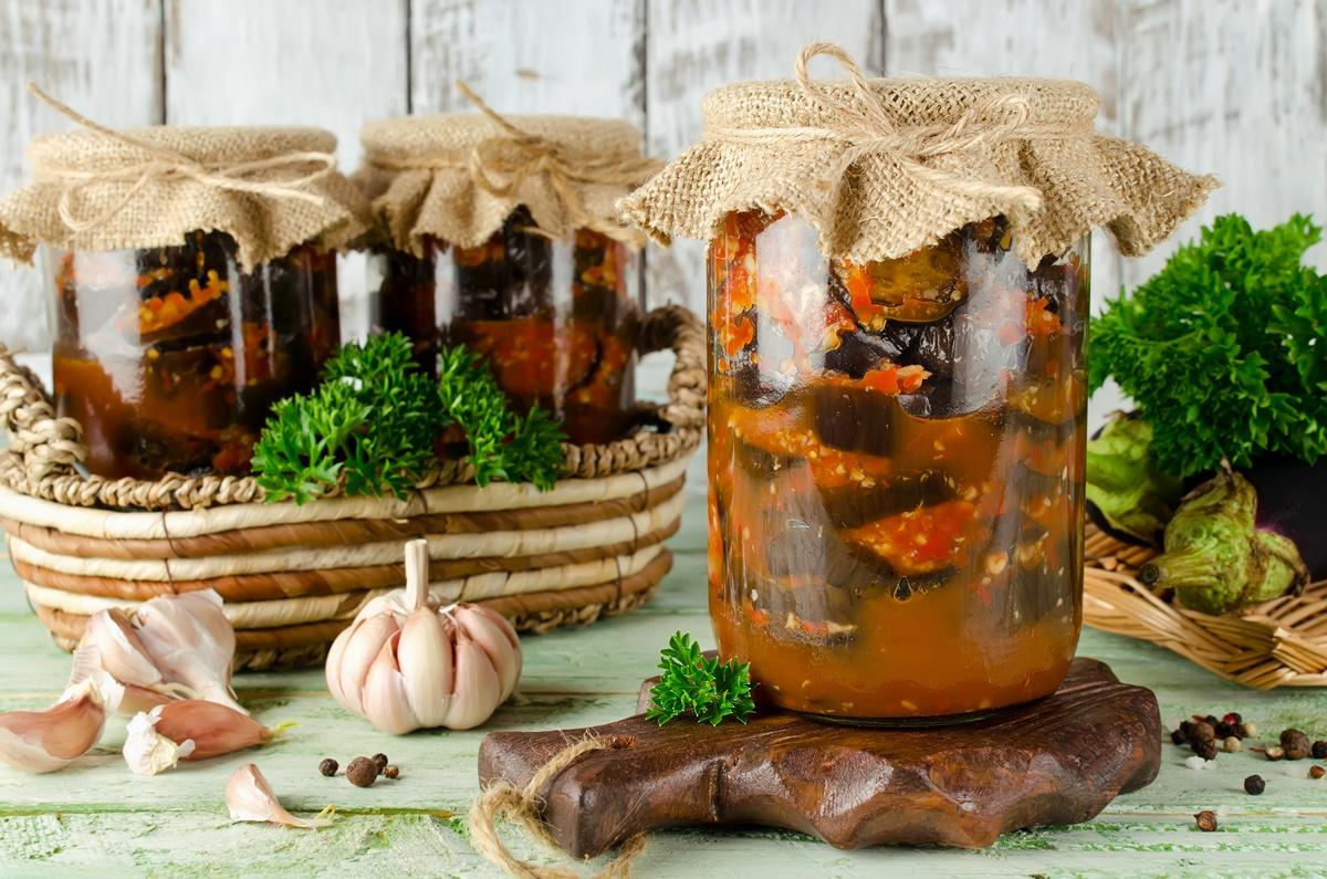 Vinete în sos de roșii pentru iarnă – o conservă ce nu trebuie să lipsească din cămara ta!